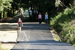 Nový asfalt uvítajú všetci vodiči, keďže na priehradu nejazdia len chatári.
