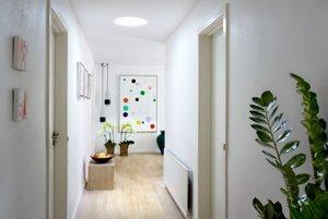 Svetlovod prepúšťa aj do miestnosti bez okien denný jas.