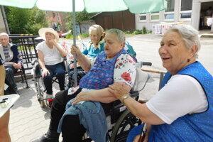 Seniori si vychutnali slniečko azaspomínali na časy minulé.
