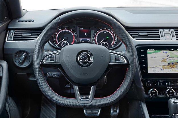 Kokpit prezrádza príslušnosť k značke Škoda. Aplikácia Škoda Connect pre smartfón umožňuje vodičovi overiť si napríklad to, či sú vypnuté svetlá, zavreté dvere a okná, aký je stav paliva, a zistiť aj polohu zaparkovaného auta.