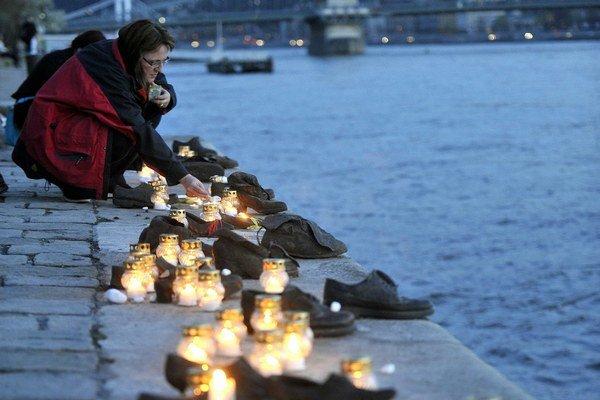 Medené odliatky znázorňujú topánky obetí, ktoré zastrelili a zhodili do Dunaja členovia maďarskej nacistickej strany počas 2. svetovej vojny. Pred streľbou si ich museli vyzuť.