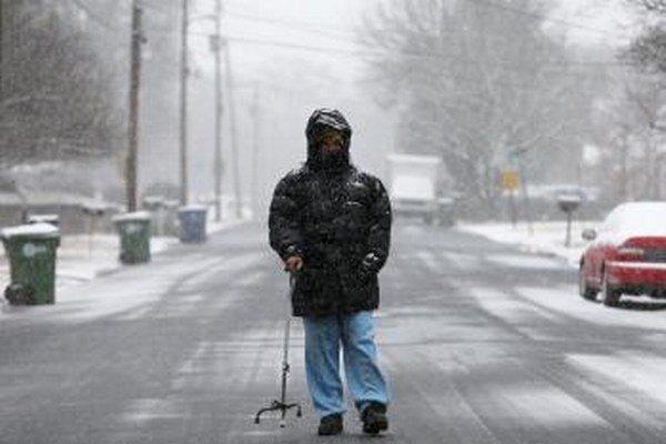 Robert McGhee kráča po zasneženej ulici v Alabame.