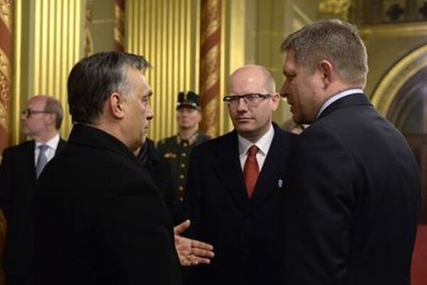 Viktor Orbán (vľavo), Bohuslav Sobotka a Robert Fico sa rozprávajú pred mimoriadnym summitom predsedov vlád krajín V4.