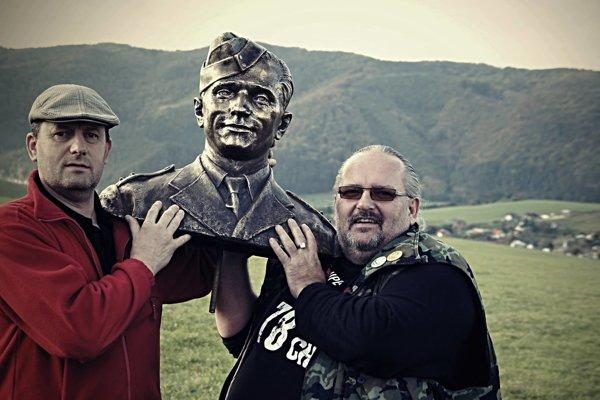 Miroslav Bellan (vpravo) s bustou Jozefa Gabčíka pred jej osadením.