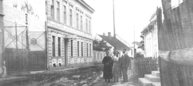 Žuffovie dom abrána do Vozáryho fabriky na Nižnom Huštáku (dnes Moyzesova ulica). 30. roky 20. storočia. Foto: (MJK)