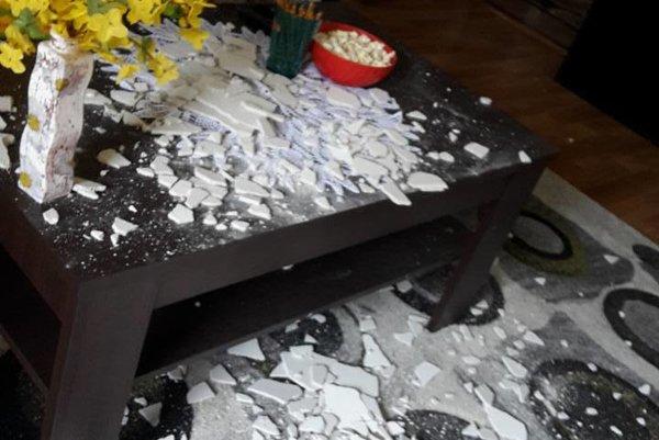 Omietka zo stropu padla priamo na stôl a koberec FOTO: MAJITEĽ BYTU