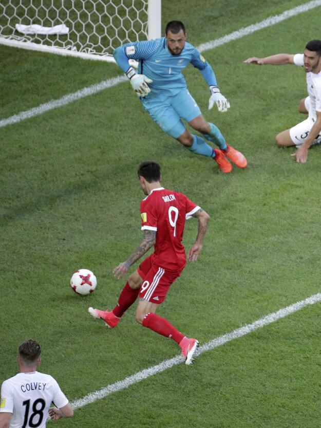 Fedor Smolov (pri lopte) strieľa druhý gól Ruska v zápase.