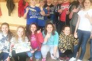 Siedmaci so spolužiačkou Táňou (na fotke svýkresom), ktorá vytvorila víťazný návrh ekoučebne.
