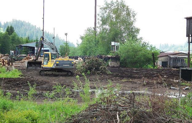 Zamestnanci obce odstraňujú kríky, vyrovnávajú terén, rozoberajú haly.