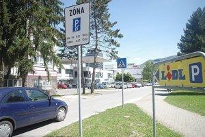 Do nemocnice nedošli. Zastaviť museli na tomto parkovisku v Považskej Bystrici.