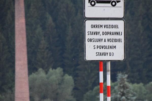 """Nové značenie pred odbočkou na """"Bukovskú cestu""""."""