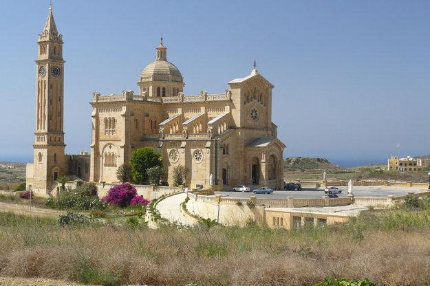 Bazilika Ta' Pinu vyčnieva zo svojho okolia.
