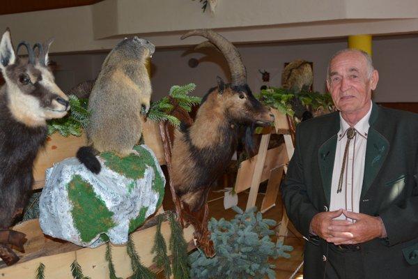 Július Šiška so svojimi úlovkami z Rakúska. Väčšina vystavených vecí je jeho, ale asi jednu tretinu má kvôli výstave požičaných aj od iných poľovníckych organizácii.