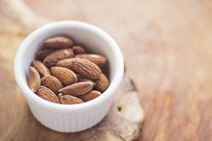 Mandle. Za hrsť mandlí obsahuje približne 3,5 gramu vlákniny.