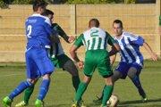 V zápase domácej Okoličnej (vzelenom) proti Nesvadom sa zrodil iba jediný gól. Ten padol do brány hostí, takže Okoličná zvíťazila najtesnejším rozdielom.
