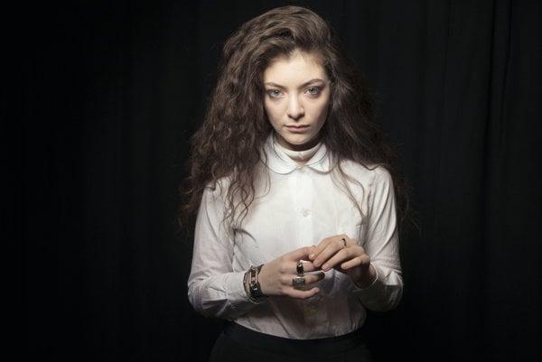 Lorde svojím vystupovaním a obliekaním zapadá do radu speváčok, ktoré sa snažia pripomínať čarodejnice.