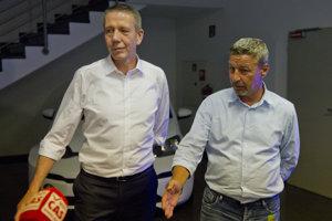 Predseda predstavenstva automobilky Volkswagen Slovakia Ralf Sacht (vľavo) a predseda Moderných odborov VW Zoroslav Smolinský.