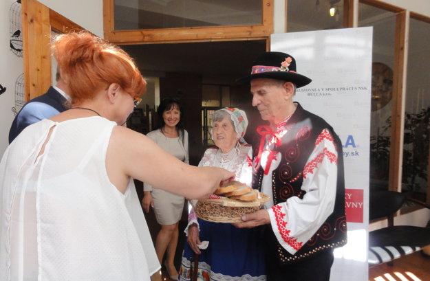 Manželia Grácovci hostí vítali chlebom a soľou.