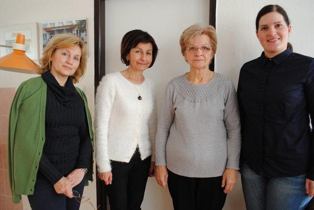 Kristína Polovková (druhá sprava).Na snímke s riaditeľkou ZUŠ Danielou Polovkovou (druhá zľava) a zástupkyňami Drahoslavou Zalaiovou a Katarínou Rondzikovou (vpravo).