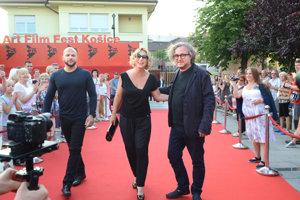 Veselý príchod. Wandu Adamik Hrycovú s manželom Marekom sprevádzal na červenom koberci Jan Hřebejk.