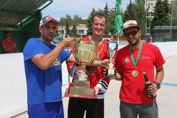 Richard Válek (vľavo) aMartin Daniel preberajú víťazný pohár.