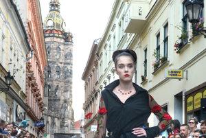Model Júlie Zelenej. Návrhárka oceňuje spojenie leta, ulice a filmu v projekte módnej prehliadky na Mlynskej. Predstavila svoju čierno červenú kolekciu.
