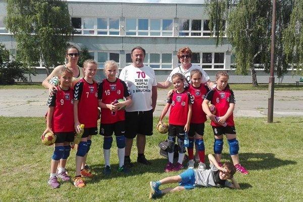 Topoľčianske hádzanárske nádeje s trénermi.