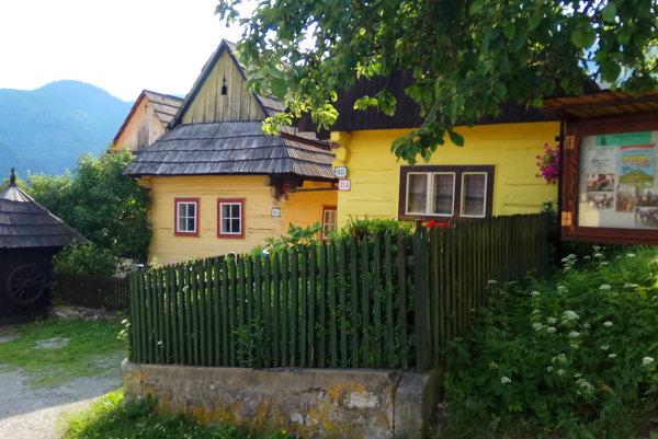 Tradičná súťaž v kosbe je príjemným spestrením života drevenej dediny.