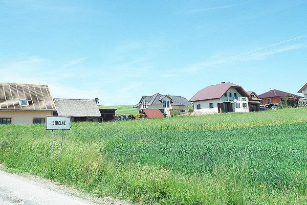 V dedine pribúdajú nové rodinné domy.