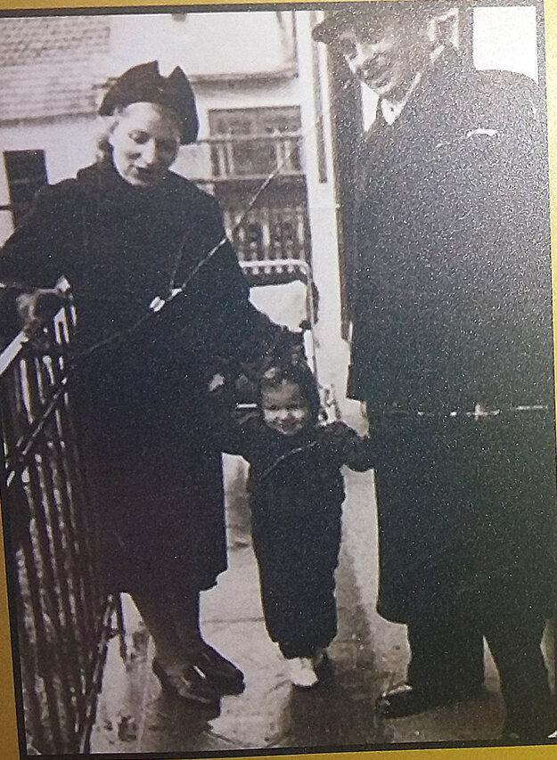 Egon s rodičmi v Spišskej Novej Vsi v roku 1938.