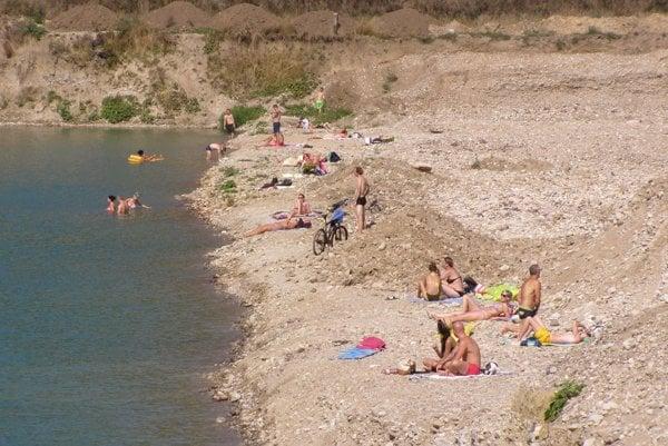 K lipoveckým jazierkam sa počas horúčav chodí schladiť veľa ľudí.