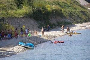 Ľudia sa na jazierkach aj radi člnkujú.