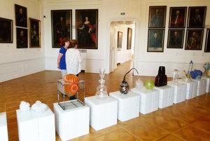 Diela autorov z minulých sympózii sú vystavené aj v priestoroch Bratislavského hradu.