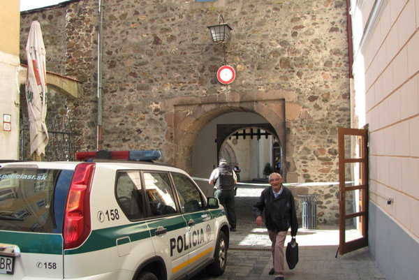 Prechod medzi námestím a Pešou zónou dnes kvôli nahlásenej bombe v banke dočasne uzatvorili.