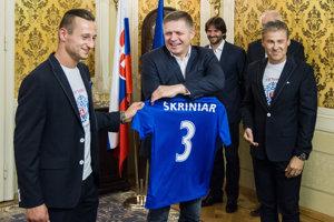 Robert Fico a kapitán slovenskej 21 Adam Zreľák, v pozadí tréner 21 Pavel Hapal.