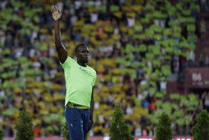 Jamajský šprintér Usain Bolt zdraví publikum počas vyhlasovania víťazov behu na 100 m na atletickom mítingu Zlatá tretra.
