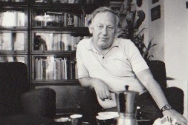 Ján Kalina pred svojou knižnicou v Bratislave v sedemdesiatych rokoch minulého storočia.