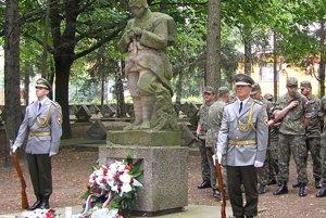 Sochu vojaka už previezli z cintorína do ateliéru.