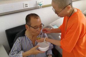 Liou Siao-po v nemocnici s manželkou.