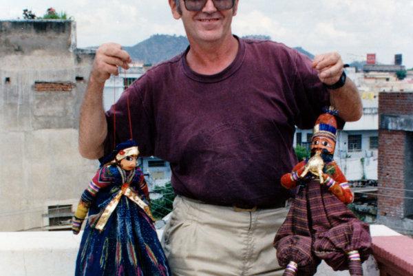 Jaroslav Burjaniv so svojimi bábikami.
