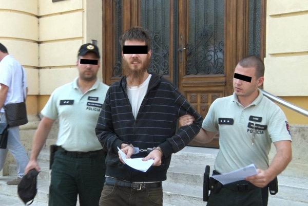 Adrián B. z Chyzeroviec po tom, čo sudca rozhodol, že ho berie do väzby.