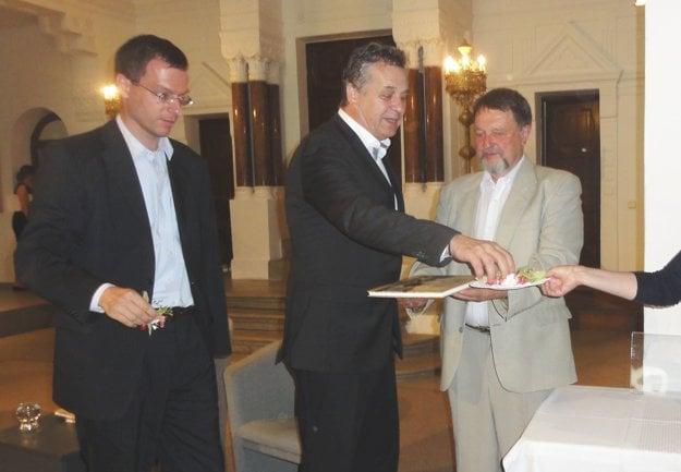Knihu posypali kvetmi zo Zobora – zľava Ján Vančo, Jozef Dvonč a Vladimír Bárta.