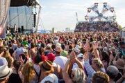 Množstvo ľudí sa zabáva na koncerte Polemicu.