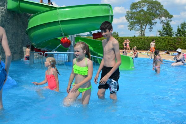 Rozmýšľate, kam ísť s deťmi na výlet? Zabaví ich bazén s vlnobitím (ilustračná snímka)