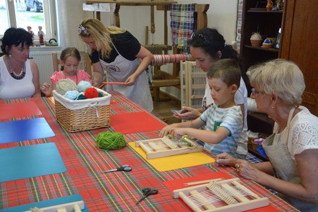Deti srodičmi si užívali štátny sviatok vtkáčskej dielni.