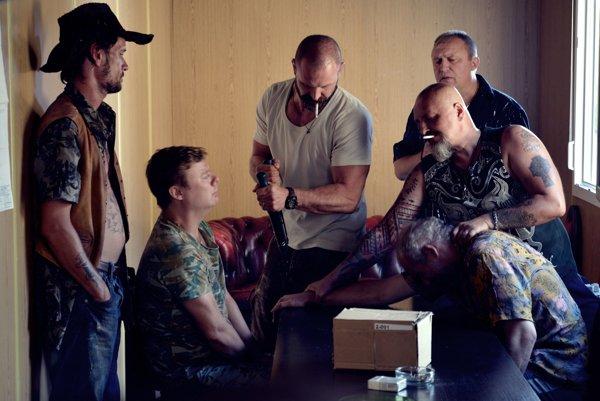 Hlavnú úlohu pašeráka hrá vo filme Čiara Tomáš Maštalír (v strede).