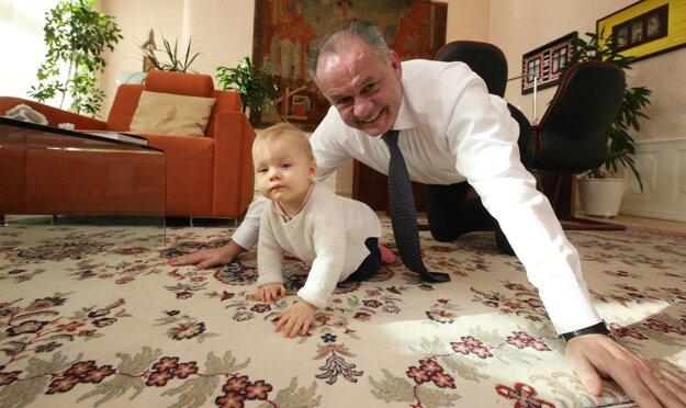 Je za každú srandu. S vnučkou Miou sa pokojne naháňa štvornožky po koberci.