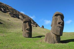 Sochy Moai na Veľkonočnom ostrove, vďaka ktorým je známy po celom svete. Dávni obyvatelia ostrova ich vytesávali vo vulkanickom lome vyhasnutého kráteru Rano Raraku.