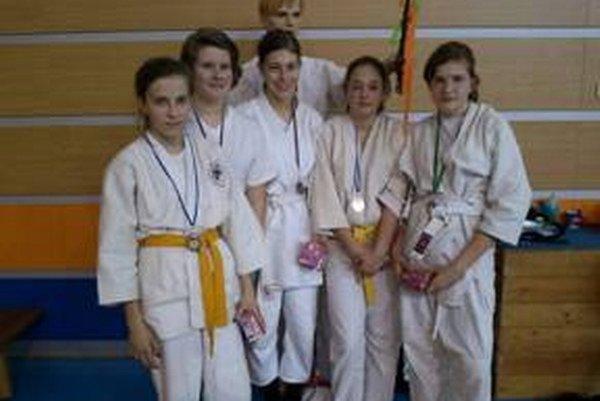 Výprava 1. Judo klubu Prievidza na súťaži v Karvinej.