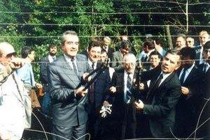 Rakúsky minister zahraničných vecí Alois Mock a jeho maďarský kolega Gyula Horn strihajú v roku 1989 ostnaný plot.